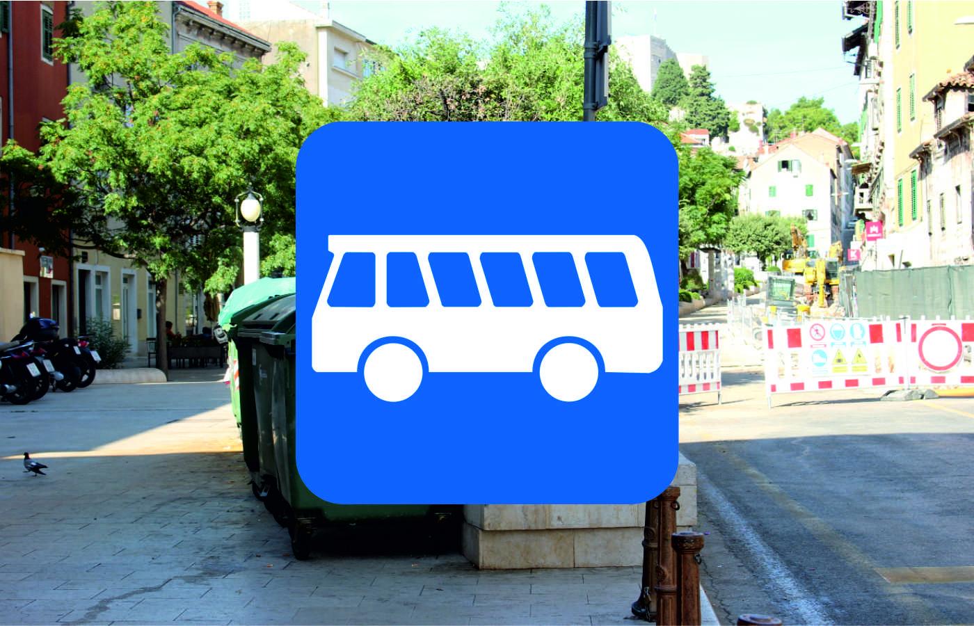 Na Starom pazaru kreću radovi na uređenju autobusnog stajališta. Pješački promet teče neometano – molimo vlasnike skutera da uklone svoja vozila